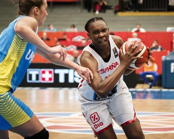 En esta foto, facilitada por la FIBA, Federación Internacional de Baloncesto, podemos ver a la Sancho Lyttle tratando de irse de su defensora en el partido disputado contra Ukrania en la Segunda Jornada de este EuroBasket Women FIBA 2017