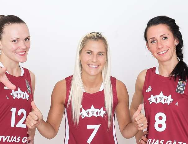 En esta foto, facilitada por la FIBA, Federación Internacional de Baloncesto, podemos ver a 3 de las Jugadoras de la Selección de la República de Letonia en este EuroBasket Women FIBA 2017, Anete Šteinberga, Elīna Babkina y Gunta Baško-Melnbarde, de izquierda a derecha