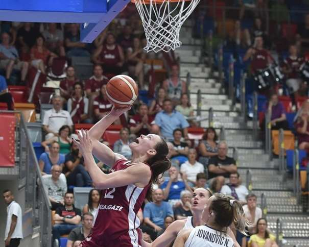 En esta foto, facilitada por la FIBA, Federación Internacional de Baloncesto, podemos ver a Anete Šteinberga, MVP de la Selección de la República de Letonia en los 4 Primeros Partidos de este EuroBasket Women FIBA 2017, antes del Partido de Cuartos de Final, en una acción de juego del Partido de Octavos, debajo de la canasta