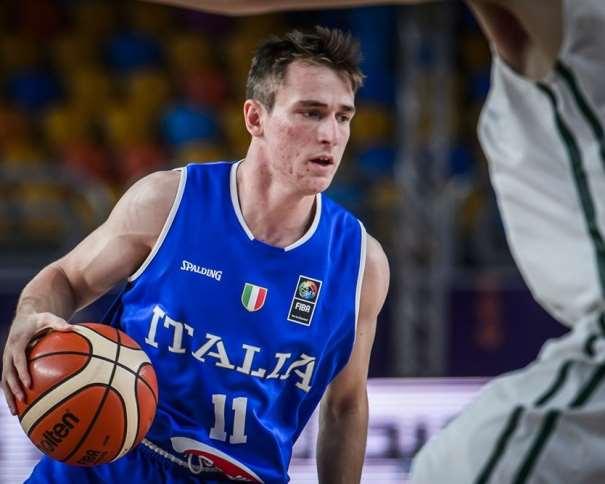 En esta foto, facilitada por la FIBA, Federación Internacional de Baloncesto, podemos ver al MVP de la Selección de la República Italiana, Davide Denegri, tratando de irse de un defensor de la Selección de Lituania, con bote, con mano derecha