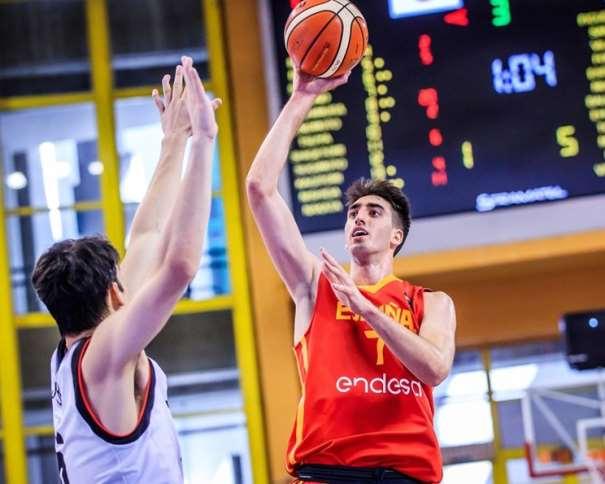 En esta foto, facilitada por la FIBA, Federación Internacional de Baloncesto, podemos ver al MVP de la Selección U19 Masculina, Eric Vila, ejecutando un lanzamiento a canasta con su mano derecha