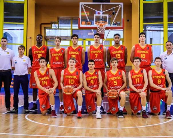 En esta foto, facilitada por la FIBA, Federación Internacional de Baloncesto, podemos ver a los 12 Jugadores que componen la Selección U19 Masculina, junto a sus 3 Entrenadores