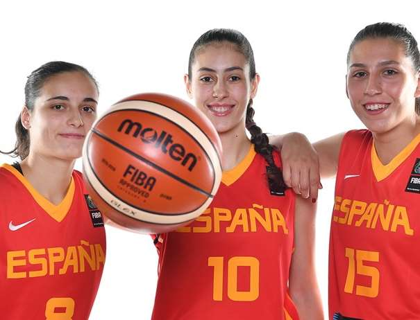 En esta foto, facilitada por la FIBA, Federación Internacional de Baloncesto, podemos ver a Ángela Salvadores, a María Conde y a María Araújo posando para la foto con un balón entre sus manos