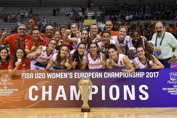 En esta foto, facilitada por la FIBA, Federación Internacional de Baloncesto, podemos ver a la Selección U20 Femenina, Campeona de Europa, en el momento de la celebración, posando para la foto