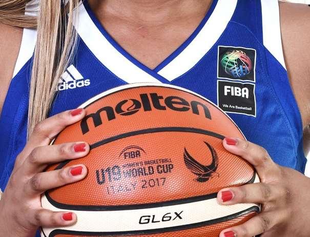 En esta foto, facilitada por la FIBA, Federación Internacional de Baloncesto, podemos ver a una de las 12 Jugadoras de la Selección de la República Francesa, posando para la foto con el Balón Oficial del Campeonato ente sus manos, mostrándolo en primer plano
