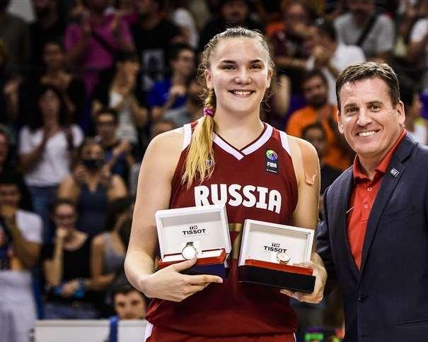 En esta foto, facilitada por la FIBA, Federación Internacional de Baloncesto, podemos ver a la Pívot rusa Maria Vadeeva, posando para la foto junto a sus trofeos como MVP y como integrante del Quinteto Ideal del Mundial U19 2017