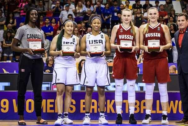 En esta foto, facilitada por la FIBA, Federación Internacional de Baloncesto, podemos ver a las 5 Jugadoras integrantes del Quinteto Ideal del Campeonato, del Mundial U19 2017, posando para la foto, 2 de la Selección Campeona (Medalla de Oro), 2 de la Sub-campeona (Plata) y 1 de la Tercera Clasificada (Bronce)