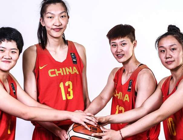 En esta foto, facilitada por la FIBA, Federación Internacional de Baloncesto, podemos ver a 4 de las Jugadoras de la Selección de la República Popular China agarrando un balón, posando para la foto