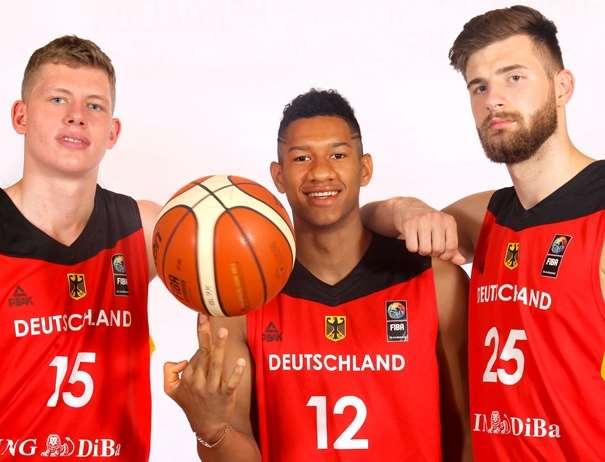 En esta foto, facilitada por la FIBA, Federación Internacional de Baloncesto, podemos ver a 3 de los Jugadores de a la Selección U20 Masculina de la República Federal de Alemania, posando para la foto