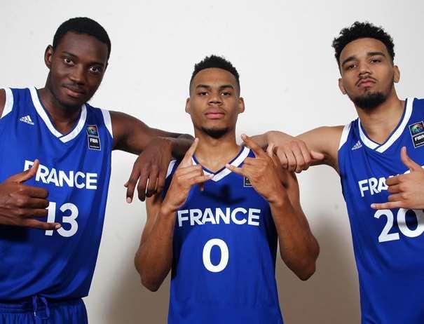 En esta foto, facilitada por la FIBA, Federación Internacional de Baloncesto, podemos ver a 3 de los Jugadores de a la Selección U20 Masculina de la República Francesa, posando para la foto