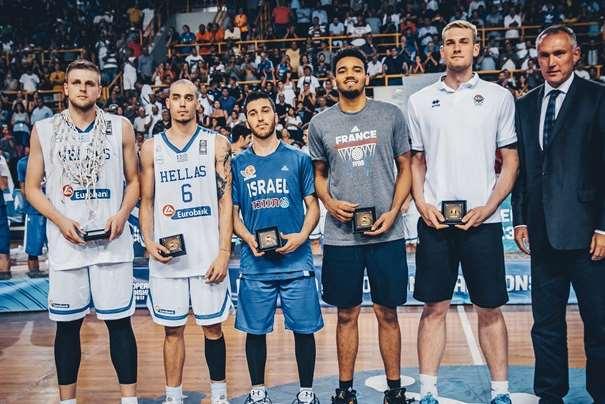 En esta foto, facilitada por la FIBA, Federación Internacional de Baloncesto, podemos ver a los 5 Jugadores integrantes del Quinteto Ideal, posando para la foto