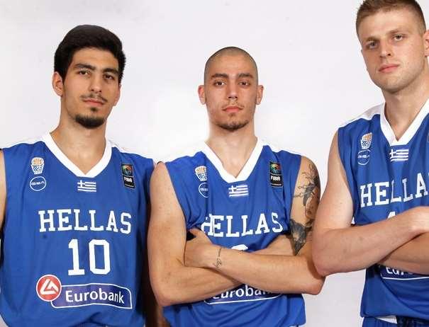 En esta foto, facilitada por la FIBA, Federación Internacional de Baloncesto, podemos ver a 3 de los Jugadores de a la Selección U20 Masculina de la República Helénica, posando para la foto