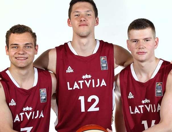 En esta foto, facilitada por la FIBA, Federación Internacional de Baloncesto, podemos ver a 3 de los Jugadores de a la Selección U20 Masculina de la República de Letonia, posando para la foto