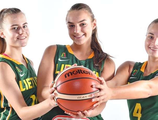 En esta foto, facilitada por la FIBA, Federación Internacional de Baloncesto, podemos ver a 3 Jugadoras de la Selección U20 Femenina de la República de Lituania posando para la foto con un balón entre sus manos