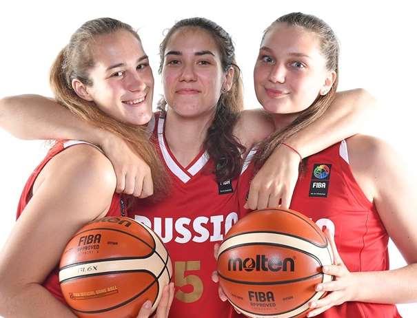 En esta foto, facilitada por la FIBA, Federación Internacional de Baloncesto, podemos ver a 3 Jugadoras de la Selección U20 Femenina de la Federación Rusa posando para la foto con un par de balones entre sus manos