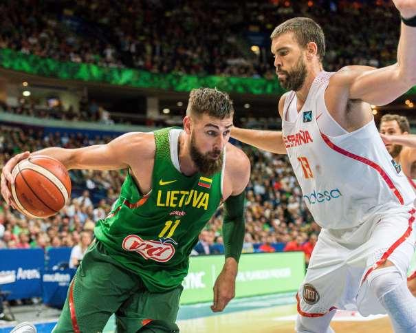En esta foto, facilitada por la FEB, Federación de Baloncesto, podemos ver a Ionas Valanchiuunas tratando de superar a Marc Gasol
