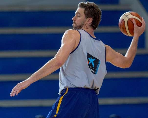 En esta foto, facilitada por la FEB, Federación de Baloncesto, podemos ver a Pau Gasol ejecutando un Pase de Contraataque, con su mano derecha, en el Entrenamiento (en Madrid) del día Previo al Cuarto Partido de Preparación de la Selección de cara al EuroBásker 2017