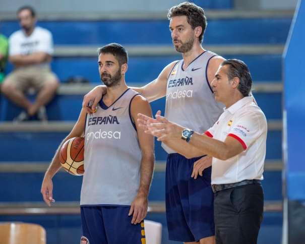 En esta foto, facilitada por la FEB, Federación de Baloncesto, podemos ver a Juan Carlos Navarro, Pau Gasol y Sergio Scariolo en el Entrenamiento (en Madrid) del día Previo al Cuarto Partido de Preparación de la Selección de cara al EuroBásker 2017