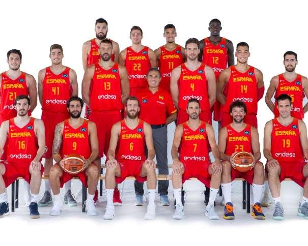 En esta foto, facilitada por la FEB, Federación de Baloncesto, podemos ver a los 16 Jugadores Integrantes de la Selección de los que saldrán los 12 que disputarán el EuroBásker 2017, junto a su Seleccionador, Sergio Scariolo