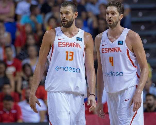 En esta foto, facilitada por la FEB, Federación de Baloncesto, podemos ver a los hermanos Gasol (Marc y Pau)l, en un momento del Segundo Partido de Preparación de la Selección de cara al EuroBásker 2017