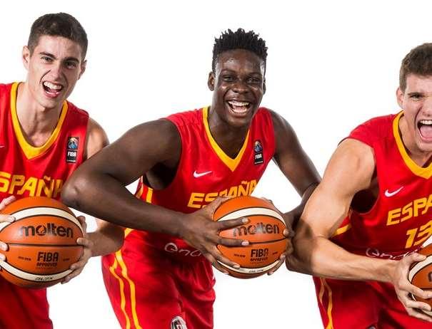 En esta foto, facilitada por la FIBA, Federación Internacional de Baloncesto, podemos ver a 3 de los Jugadores de la Selección U18 Masculina, posando para la foto, cada uno de ellos con un balón entre sus manos