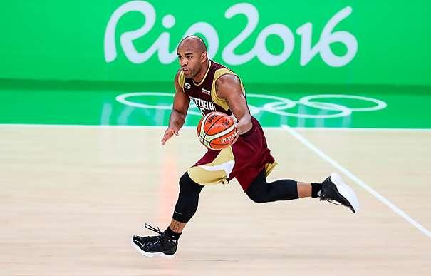 En esta foto, facilitada por la FIBA, Federación Internacional de Baloncesto, podemos ver al Base de la Selección de la República Bolivariana de Venezuela, Gregory Vargas, nuevo Jugador del Fuenlabrda ACB, conduciendo el balón en un Partido de los Juegos Olímpicos de Río 2016
