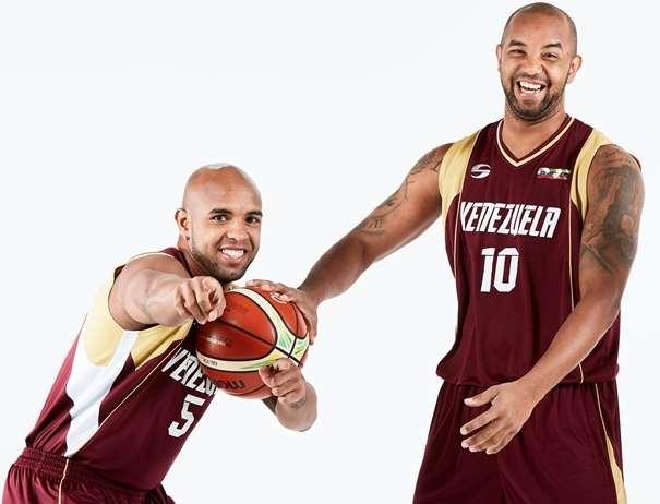 En esta foto, facilitada por la FIBA, Federación Internacional de Baloncesto, podemos ver a 2 Jugadores de la Selección de la República Bolivariana de Venezuela, Gregory Vargas, nuevo Jugador del Fuenlabrda ACB, y José Vargas, con un balón en la mano izquierda del primero, posando para la foto