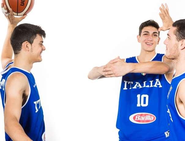 En esta foto, facilitada por la FIBA, Federación Internacional de Baloncesto, podemos ver a 3 de los Jugadores de la Selección U18 Masculina de la República Italiana, posando para la foto