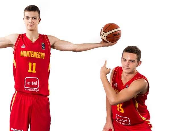 En esta foto, facilitada por la FIBA, Federación Internacional de Baloncesto, podemos ver a 2 de los Jugadores de la Selección U18 Masculina de la República Parlamentaria de Montenegro, posando para la foto