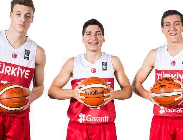 En esta foto, facilitada por la FIBA, Federación Internacional de Baloncesto, podemos ver a 3 de los Jugadores de la Selección U18 Masculina de la República de Turquía, posando para la foto, con un balón entre las manos de cada uno de ellos