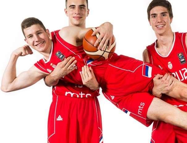 En esta foto, facilitada por la FIBA, Federación Internacional de Baloncesto, podemos ver a 3 de los Jugadores de la Selección U18 Masculina de la República de Serbia, posando para la foto, con un balón entre las manos de uno de ellos