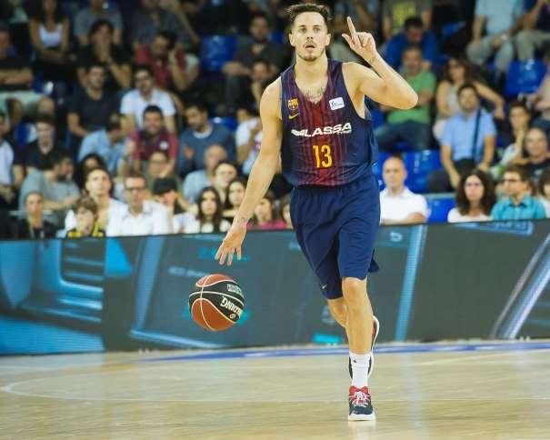 En esta foto, facilitada por la Liga ACB, podemos ver a Thomas Heurtel, MVP del Primer Partido de la Liga ACB 2017-2018, marcando jugada mientras bota el balón con su mano derecha