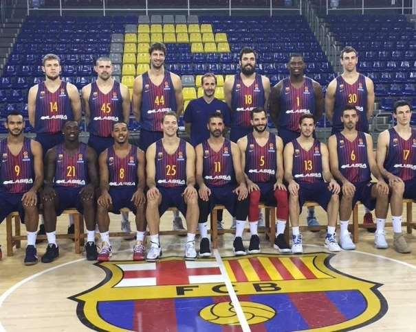 En esta foto podemos ver a los 15 Jugadores de la Plantilla del Barcelona ACB 2017-2018, junto a su Entrenador, Sito Alonso