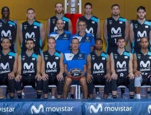 En esta foto, tomada de la web oficial de la FIBA Basketball Champions League, podemos ver a los 12 Jugadores de la Plantilla del Estudiantes ACB junto a su entrenador, Salva Maldonado, y sus 2 Ayudantes, posando para la foto