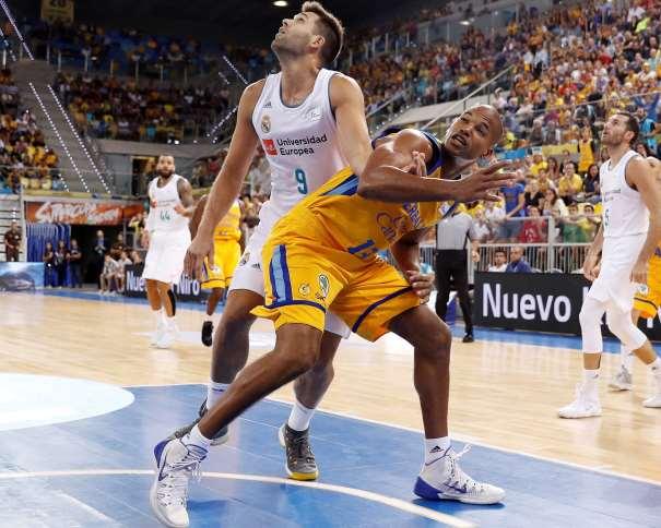 En esta foto, facilitada por la ACB, podemos ver a Eulis Báez en el momento en el que Felipe Reyes, del Madrid, le hace una falta más que evidente