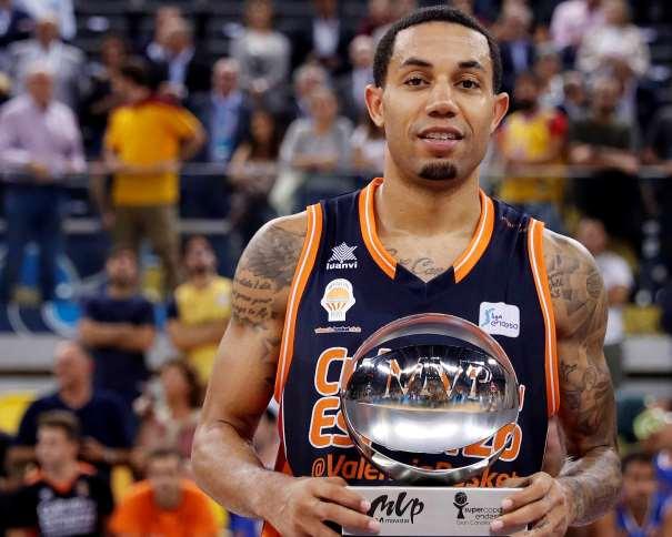 En esta foto, facilitada por la ACB, podemos ver a Erick Green, Escolta del València, junto con el trofeo de MVP de la Supercopa ACB 2017