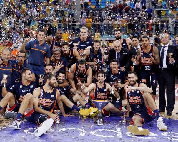 En esta foto, facilitada por la ACB, podemos ver al València al completo, Campeón de la Supercopa ACB 2017