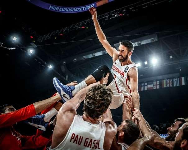 En esta foto, facilitada por FIBA, Federación Internacional de Baloncesto, podemos ver a los Jugadores de la Selección manteando a Juan Carlos Navarro, como homenaje en el día de su Retirada, Pau Gasol incluido