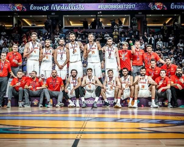 En esta foto, facilitada por FIBA, Federación Internacional de Baloncesto, podemos ver a los Medallistas de Bronce, a los 11 Jugadores de la Selección española, a todos sus entrenadores y al resto de los integrantes de la misma: Delegado, Preparador Físico, Fisioterapeutas y demás