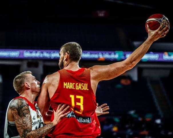 """En esta foto, facilitada por FIBA, Federación Internacional de Baloncesto, podemos ver al MVP del Primero de los Partidos de Cuartos de Final del EuroBasket 2017, al Pívot Marc Gasol, en el momento en el que aleja el balón de su defensor, con su brazo derecho completamente estirado, """"en diagonal"""" por encima de su cabeza"""