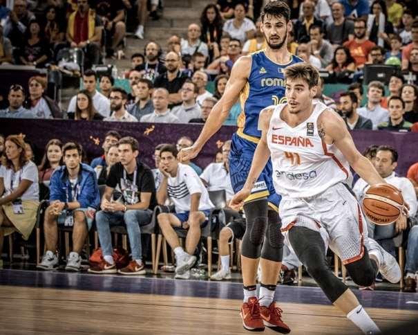 En esta foto, facilitada por FIBA, Federación Internacional de Baloncesto, podemos ver al MVP Exterior de la Selección española, Juancho Hernangómez, en un momento de su Tercer Partido en el EuroBásket 2017, superando a un jugador rumano, su defensor