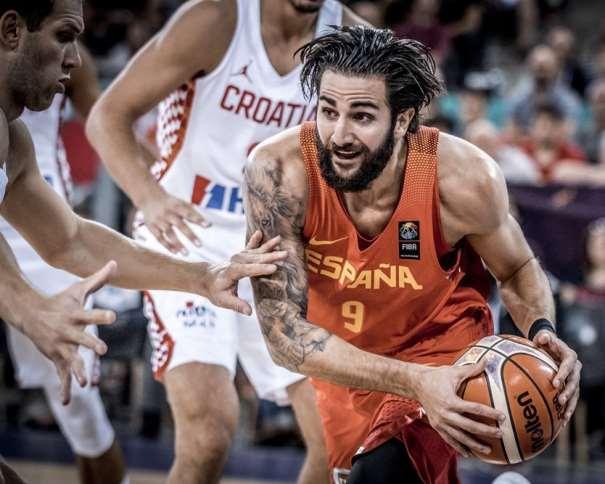 En esta foto, facilitada por FIBA, Federación Internacional de Baloncesto, podemos ver un Primer Plano del MVP de la Selección española, Ricky Rubio, en un momento de su Cuarto Partido en el EuroBásket 2017, así como de los tatuajes de su brazo derecho