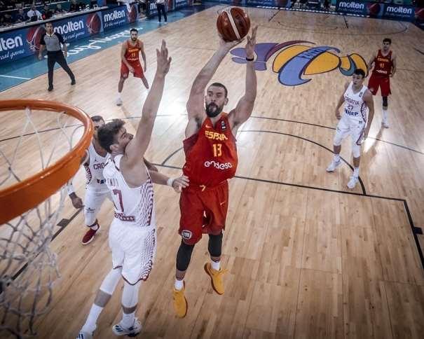 En esta foto, facilitada por FIBA, Federación Internacional de Baloncesto, podemos ver al MVP Interior de la Selección española, Marc Gasol, en un momento de su Cuarto Partido en el EuroBásket 2017, ejecutando un lanzamiento a canasta con su mano derecha, por encima del defensor croata que intenta evitarlo, sin conseguirlo