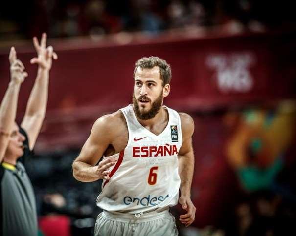 En esta foto, facilitada por FIBA, Federación Internacional de Baloncesto, podemos ver al MVP del Séptimo de los Octavos de Final del EuroBasket 2017, al Base Sergio Rodríguez, el Chacho,, en el momento en el que un árbitro, al que también se ve, indica a la mesa de anotadores que el tiro convertido es triple, de 3 puntos