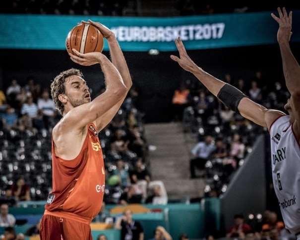 En esta foto, facilitada por FIBA, Federación Internacional de Baloncesto, podemos ver a Pau Gasol en un momento del Quinto Partido de la Selección española en el EuroBásket 2017, en el momento de ejecutar un tiro, un lanzamiento a canasta, con su mano derecha, sin que ningún jugador de la República de Hungría pueda hacer Nada para evitarlo
