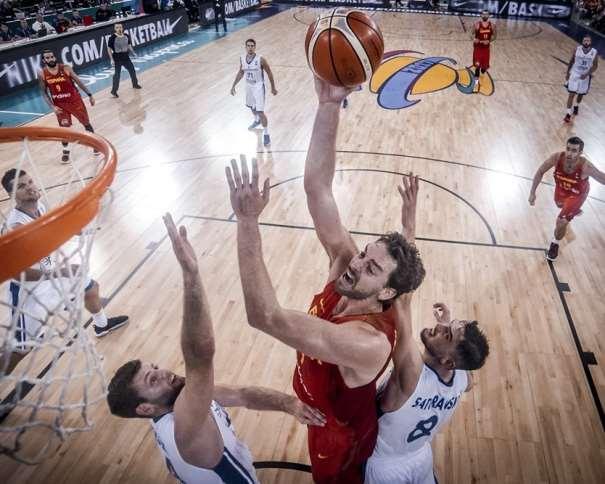 En esta foto, facilitada por FIBA, Federación Internacional de Baloncesto, podemos ver al MVP de la Jornada, Pau Gasol en un momento de su Segundo Partido en el EuroBásket 2017, rodeado por 2 defensores checos y superándolos a ambos, a puntito de anotar