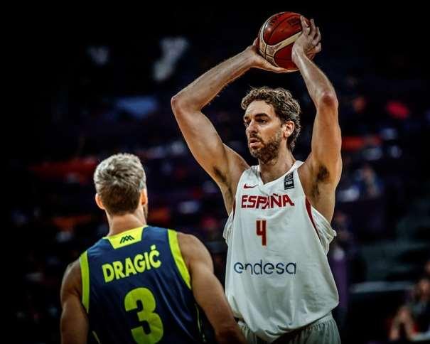 En esta foto, facilitada por FIBA, Federación Internacional de Baloncesto, podemos ver al Máximo Anotador del Primero de los Partidos de Semifinales del EuroBasket 2017, al Pívot Pau Gasol, con el balón por encima de su cabeza, agarrado por sus 2 manos, alejándolo de su defensor, en ese momento, Góran Dráguitch, Base, Estrella y MVP (en el conjunto de los 8 Partidos que llevan disputados) de Eslovenia en lo que va de Campeonato