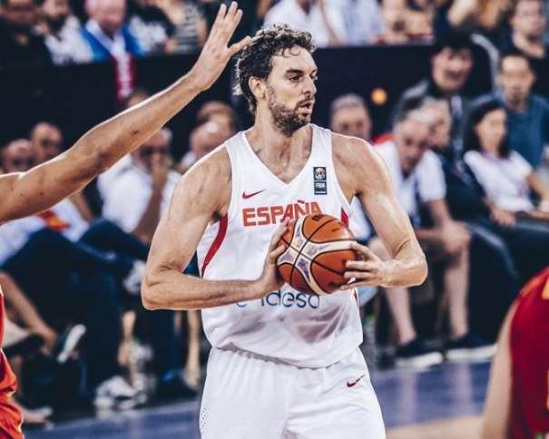 En esta foto, facilitada por FIBA, Federación Internacional de Baloncesto, podemos ver a Pau Gasol en un momento de su Primer Partido en el EuroBásket 2017, con el balón entre sus manos