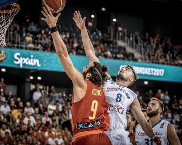 En esta foto, facilitada por FIBA, Federación Internacional de Baloncesto, podemos ver al MVP Exterior de la Selección española, Ricky Rubio, en un momento de su Segundo Partido en el EuroBásket 2017, superando a 2 jugadores checos, su defensor, el Base Tomaash Satoranskii, entre ellos, a puntito de anotar