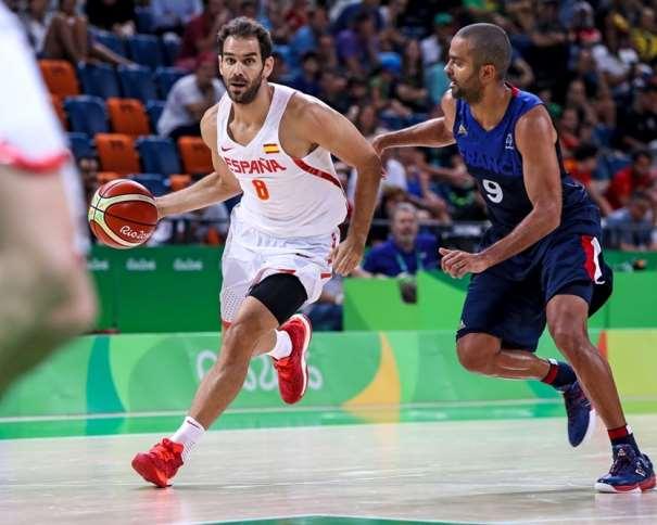 En esta foto, facilitada por FIBA, Federación Internacional de Baloncesto, podemos ver a José Manuel Calderón en su Antepenúltimo Partido con la Selección, yéndose de Tony Parker, con bote, con su mano derecha, por velocidad, en el Partido de Cuartos de Final de los Juegos Olímpicos de Río de Janeiro 2016
